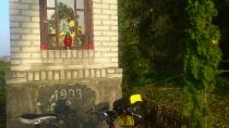 Kapliczka na trasie rowerowej w miejscowości Przewóz