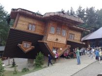 Szymbark: Dom do góry nogami